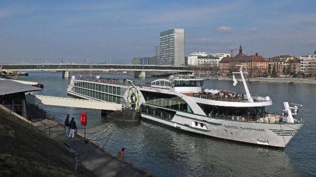 Ein Hotelschiff im Rhein, dahinter die Johanniterbrücke.