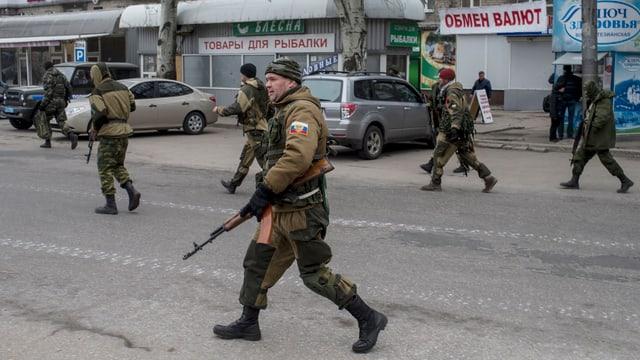 Separatists sustegnids da la Russia sin las vias a Donezk.