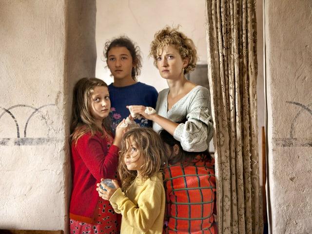 Die vier Frauen der Familie stehen im Türrahmen.