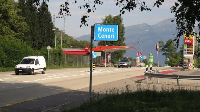 Ein Strassenschild, auf dem «Monte Ceneri» steht.