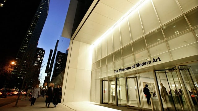 Das Museum of Modern Art in New York, fotografiert in der Dämmerung mit dunkelblauem Himmel.