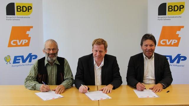Bei der Listenunterzeichnung (v.l.) Hans Oppliger (Präsident EVP Kanton St.Gallen), Jörg Frei (Präsident CVP Kanton St.Gallen), Richard Ammann (Präsident BDP Kanton St.Gallen).