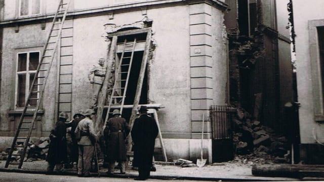 Strassenszene vor kaputtem Haus