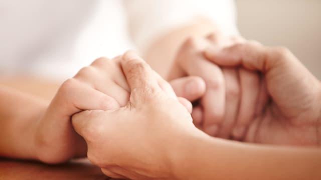 Hände halten Hände.
