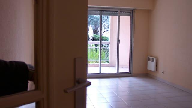 Blick auf ein leeres Wohnzimmer.
