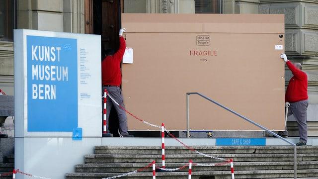 Umens portan in pachet en il Museum d'art a Berna.