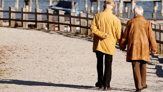 Rentner-Paar beim Spazieren