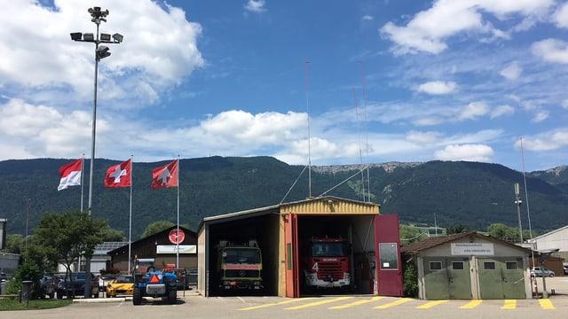 Feuerwehrautos in einer Garage.