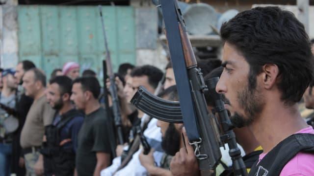 Truppenmitglieder stehen bewaffnet nebeneinander