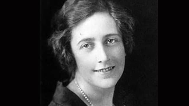 Schwarz-weiss-Aufnahme der jungen Agatha Christie.
