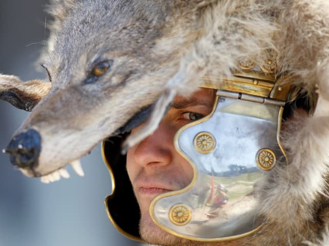 Ein Mann in einem Gladiatorkostum mit Wolfshelm.