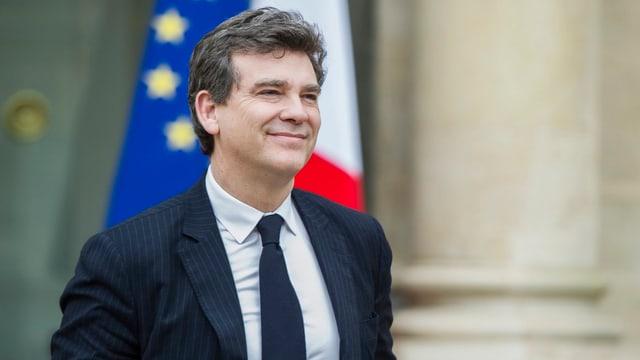 Montebourg vor einer französischen und einer EU-Fahne im Innenhof des Elysée-Palasts.