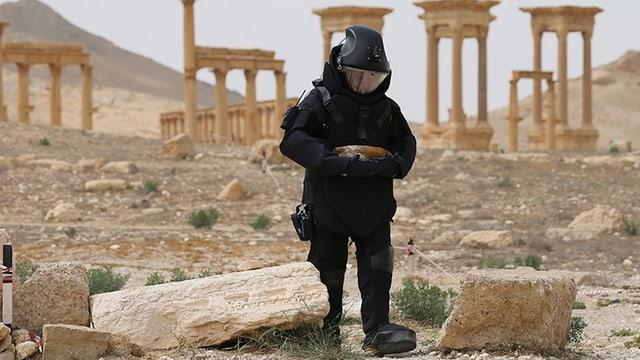 Das Beispiel Palmyra: Ein russischer Soldat räumt die altrömischen Stadt nach der Befreiung vom IS von Minen.
