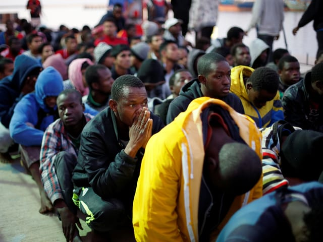 Vor der Küste bei Tripolis werden Migranten gesammelt (November 2017)