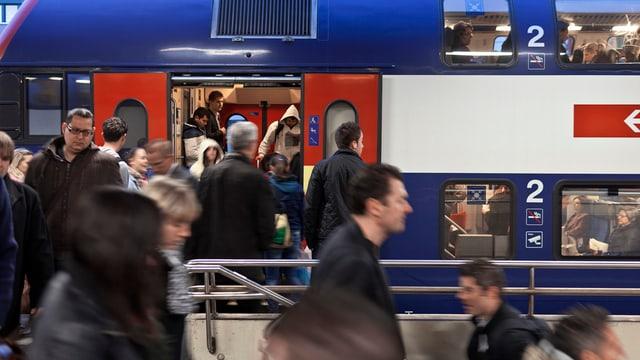 Pendler eilen auf den Zug (Symbolbild)