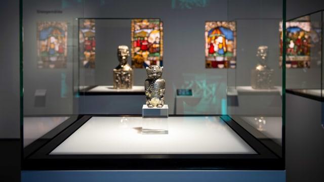 Vitrine mit Kunst: Ein Blick in die Ausstellung des Schweizerischen Nationalmuseums.