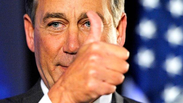 Abgeordneter und Sprecher des Repräsentantenhauses John Boehner. Er hält den Daumen in die Höhe.