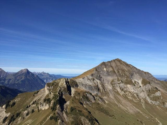 Blick auf grasbewachsenen Berg.
