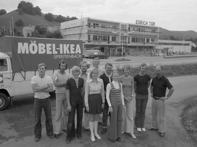 Ikea-Mitarbeiter stehen vor einem Transporter