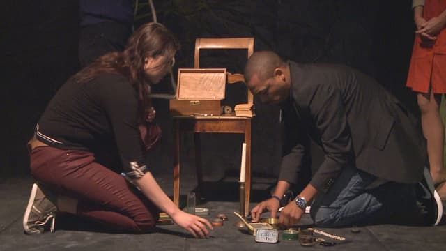 Zwei Zuschauer aus dem Testpublikum im Zürcher Schauspielhaus lösen eine Aufgabe bei der Science-Show.