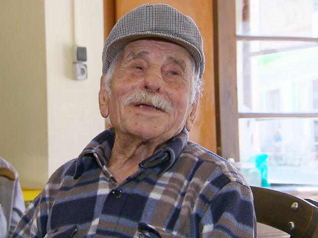 Alter Mann mit Schnurrbart und Kappe