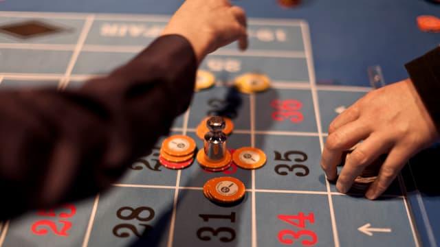 Hände auf Roulette-Tisch.