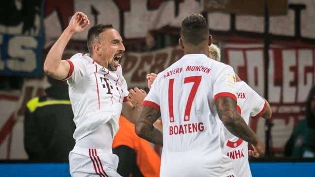 Die Bayern freuen sich über den Treffer zum 2:0.