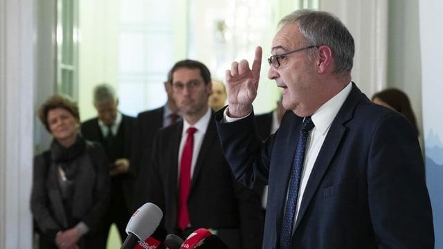 Krisengipfel: Wirtschaftsmininister Guy Parmelin informiert nach dem Treffen mit Kantonsvertretern, Sozialpartnern und Wirtschaftsverbänden über mögliche Massnahmen.