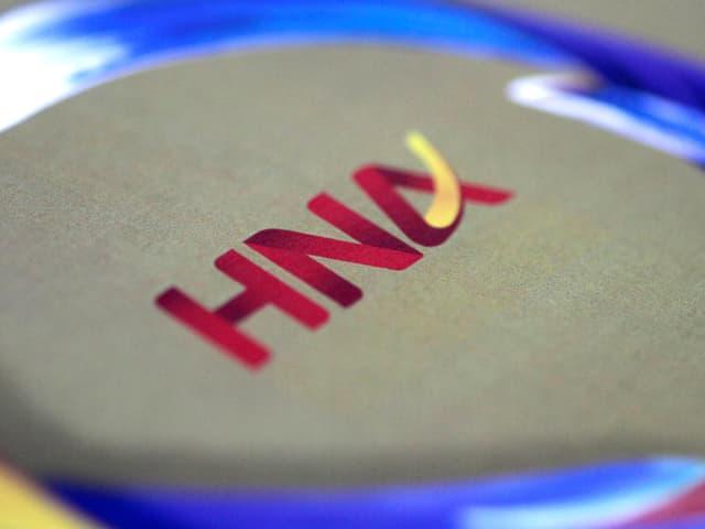 HNA-Logo auf Hintergrund