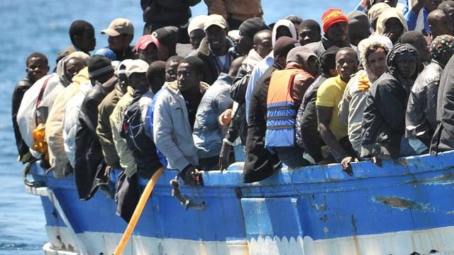 Afrikaner – vor allem junge Männer – dichtgedrängt auf einem Flüchtlingsboot.