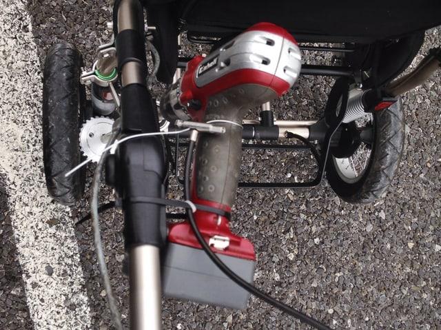 Der Motor einer einfachen Handbohrmaschine liefert den Schub.