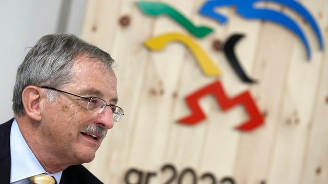 Hansjörg Trachsel vor dem Olympia-Kandidatur-Logo