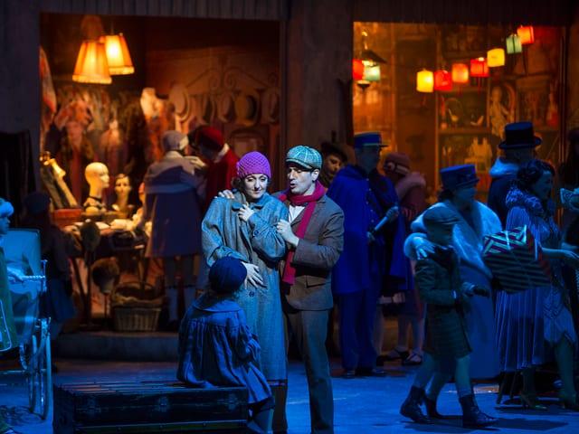Theaterszene: Junges Paar in Pariser Quartier