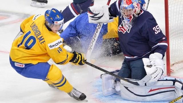 Schwedens Elias Lindholm scheitert an USA-Keeper John Gibson.