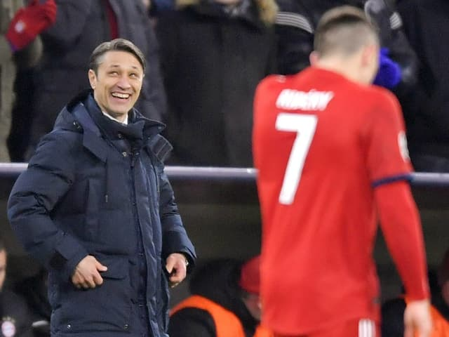 Bayern-Trainer Nico Kovac (links) lacht