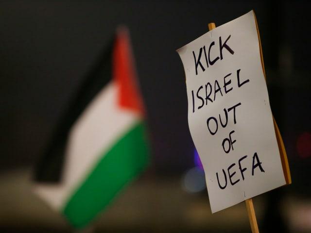 Banner mit Aufschrift «Schmeisst Israel raus aus der Uefa»