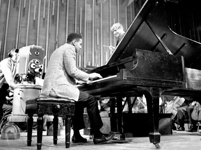 Leonard Bernstein als junger Mann: Er spricht zu seinem kleinen Orchester.