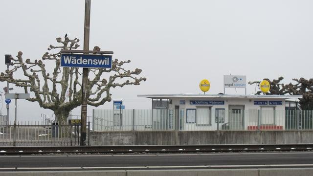 Das Bahnhofsschild Wädenswil, der Schiffssteg und ein paar müde Möwen.