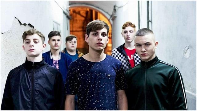 Die Jugendbande um Nicola posiert für die Kamera.
