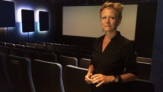 Eine Frau steht in einem Kinosaal