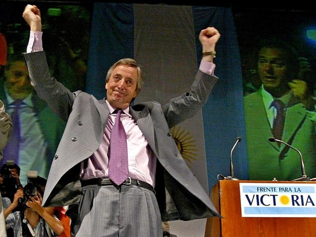 Kirchner jubelt nach Wahlsieg 2003