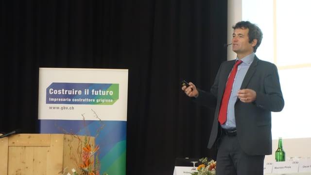 Rudolf Minsch da Economiesuisse durant ses referat ad Andeer en Val Schons.