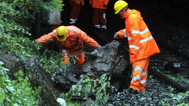 Ein Felsbrocken versperrt die Bahnstrecke.