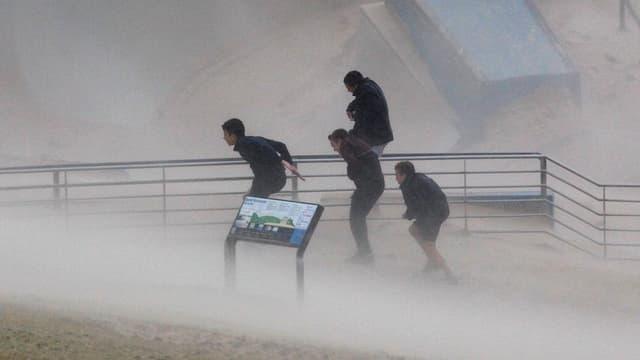 Pliras persunas fugian dad in grev urizi en la regiun da Sydney.