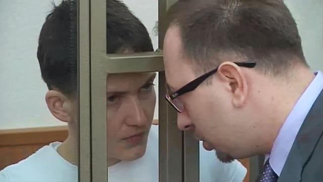 Sawtschenko spricht mit ihrem Anwalt
