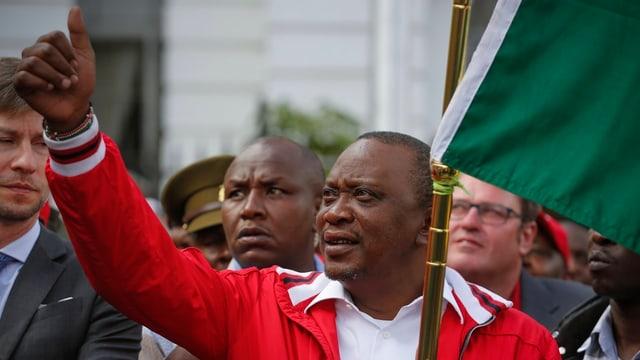 Uhuru Kenyatta reckt den Daumen in die Höhe