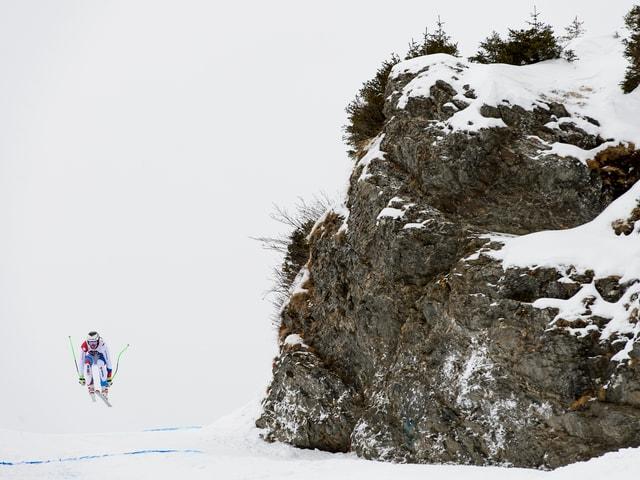 Links im Bild der Skisportler, rechts von ihm der berühmte Fels.