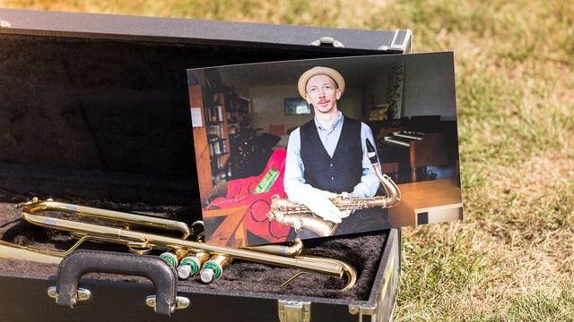 Ein Foto von Eskelin ist in einem offenen Saxophonkasten platziert.