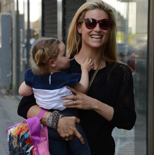 Michelle Hunziker Töchterchen Sole auf den Armen tragend.
