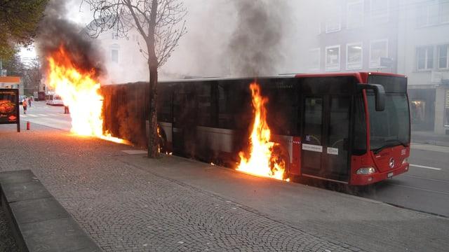 Ein roter Bus brennt hinten und in der Mitte